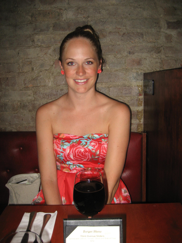 Glad tjej i fin klänning